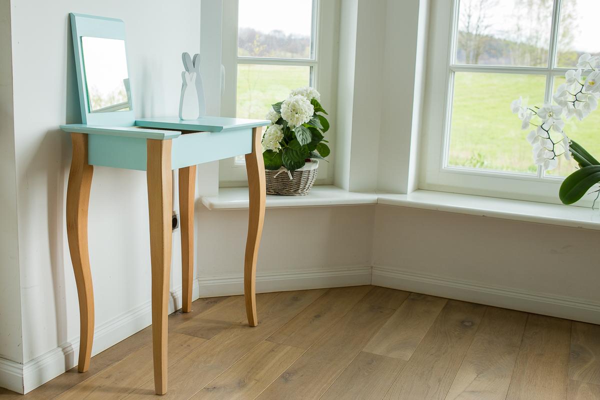 Aranżacja pokoju dziennego, drewniana toaletka z blatem jasnoturkusowym