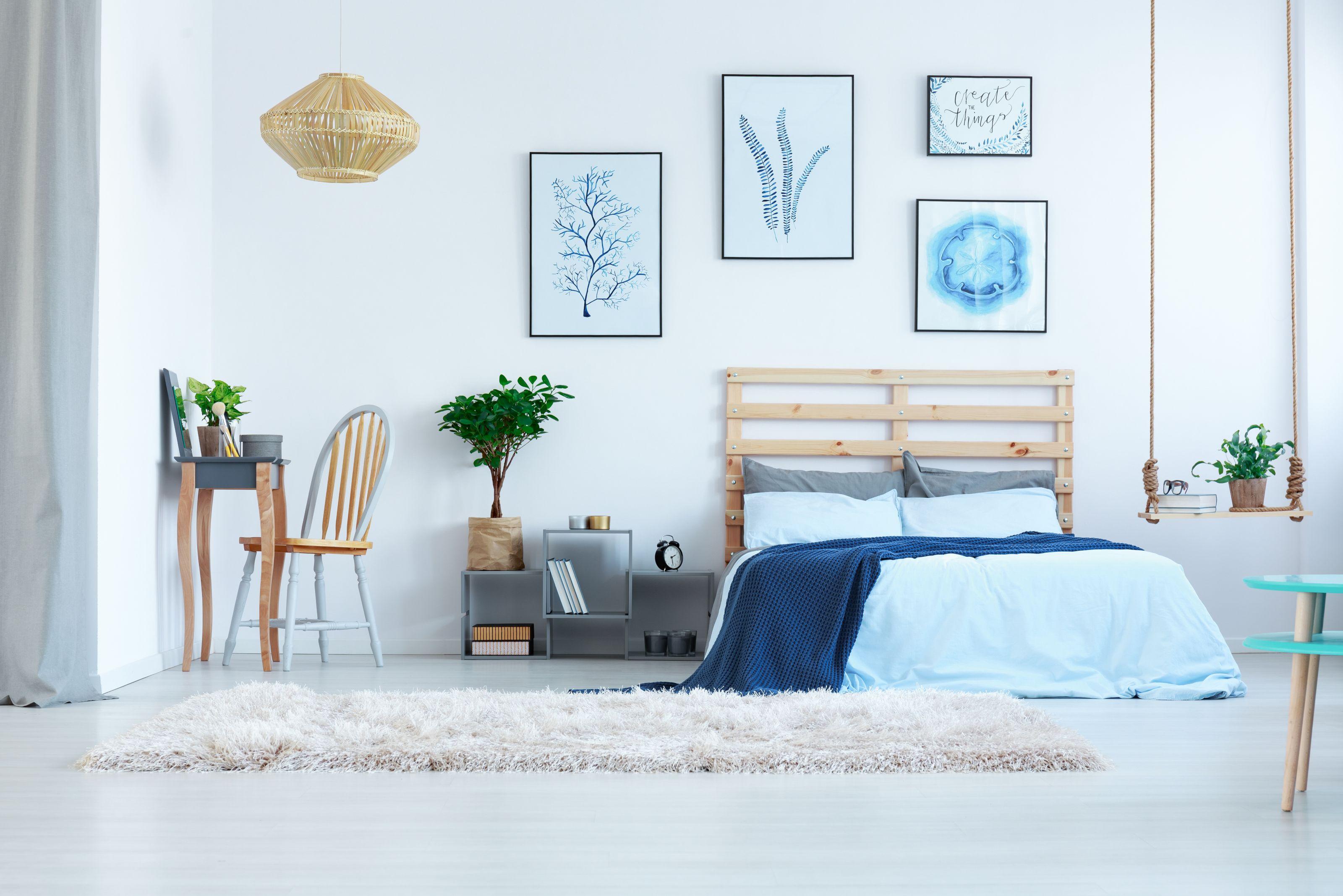 Sypialnia inspiracje toaletka z lusterkiem grafitowa rośliny obrazy stolik