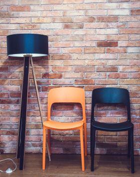 Krzesło Biurkowe UFO - czarne z Drewnianą Lampą Podłogową Wanda - czarna z czarnym abażurem