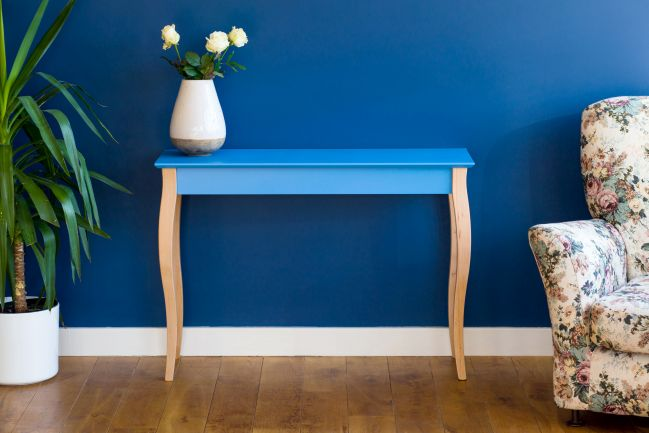 Vanity table in Purist Blue decorated with flowers