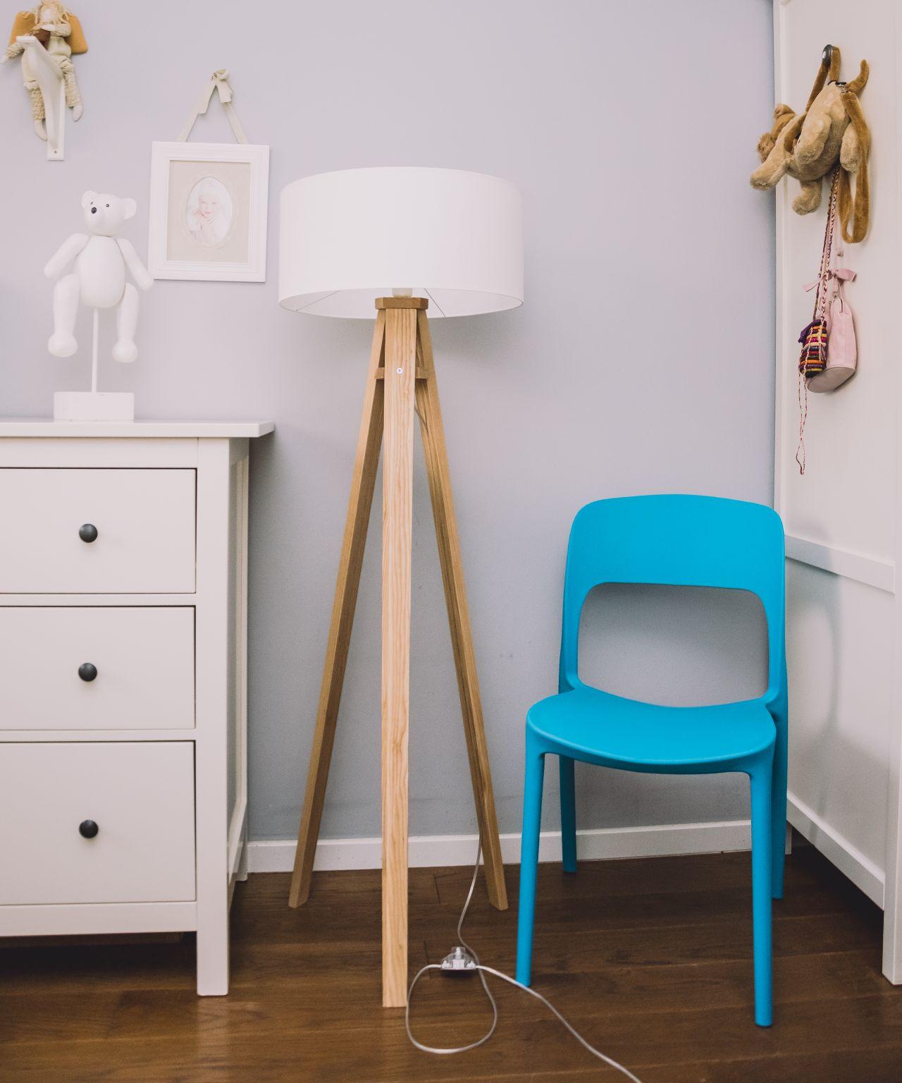 Aranżacja Sypialni - komoda lampa podłogowa krzesło sztaplowane