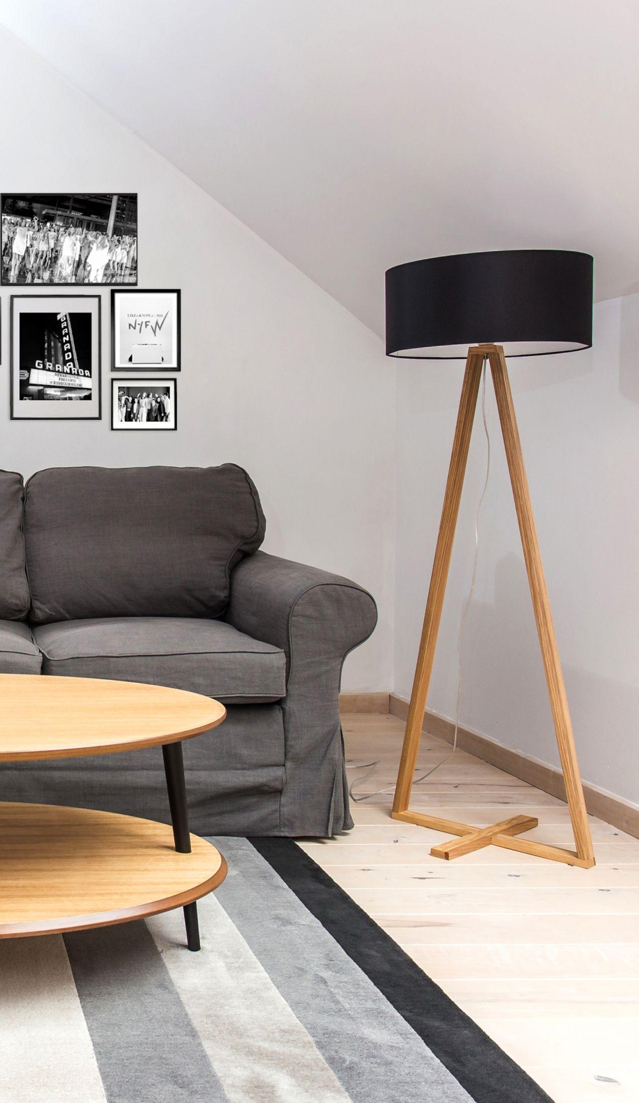 drewniana lampa tales przy kanapie owalny drewniany stolik kawowy podwójny blat