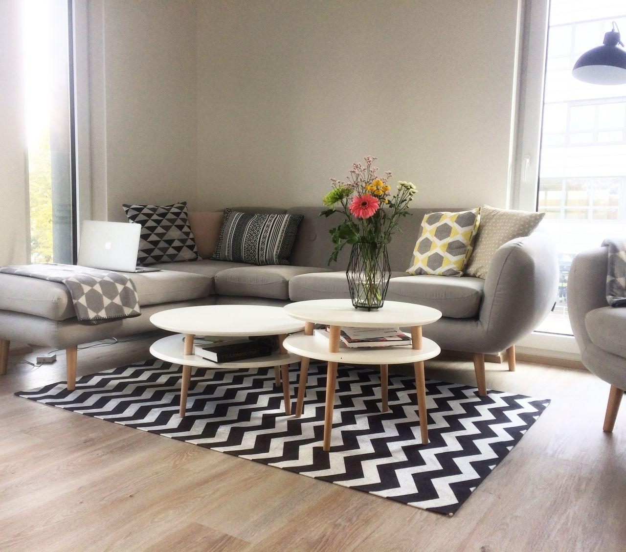 Biały stolik kawowy z drewnianymi nogami - Inspiracje Salonu